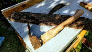 Aus der Hälfte des Stammes entsteht mit Hilfe der Kreissäge, eines Zieheisens und Schmirgelpapier der Stiel