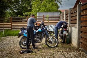 Letzte Vorbereitungen an den Motorrädern
